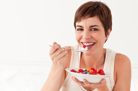 woman-eating-yogurt-with-fruit1